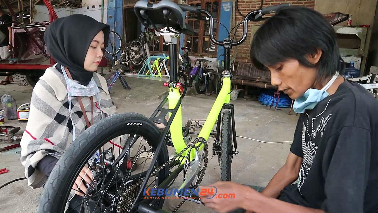 Ditengah Tengah Pandemi Covid 19 Pencinta Sepeda Lawas Minion Melejit Kebumen24 Com